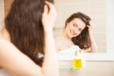 1. Hair massage dengan minyak zaitun