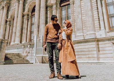 6. Tampil Serasi dengan Suami, Nisa Cookie Cantik dengan Balutan Plisket Skirt Kemeja Putih dan Long Cardi