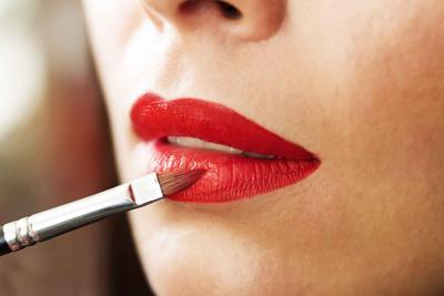 7 Rekomendasi Lipstik Untuk Pemilik Bibir Kering, Bikin Penampilan Makin Sempurna Lho!