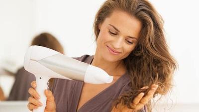 Mencatok dan Menggunakan Pengering Rambut